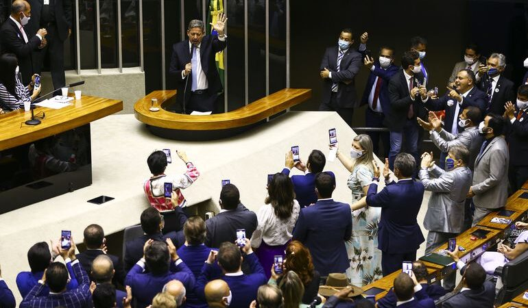 Apoiado por Bolsonaro, Deputado Arthur Lira, do PP, é eleito presidente da Câmara em 1º turno
