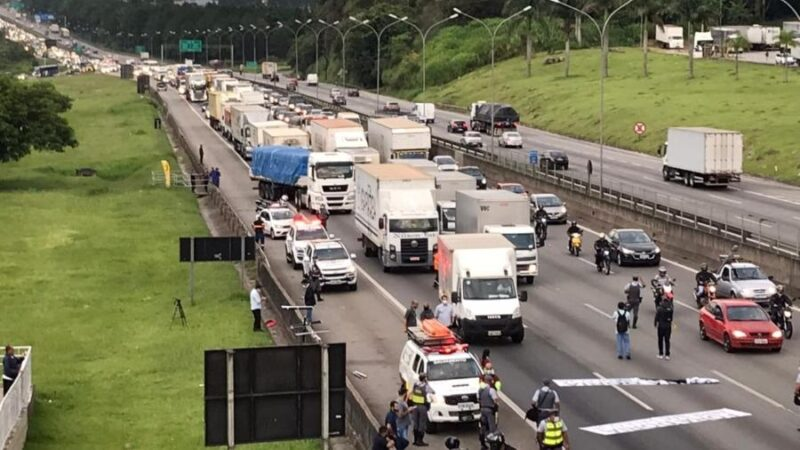 Caminhoneiros bloqueiam duas pistas na Castello Branco e fazem protesto contra preço dos combustíveis