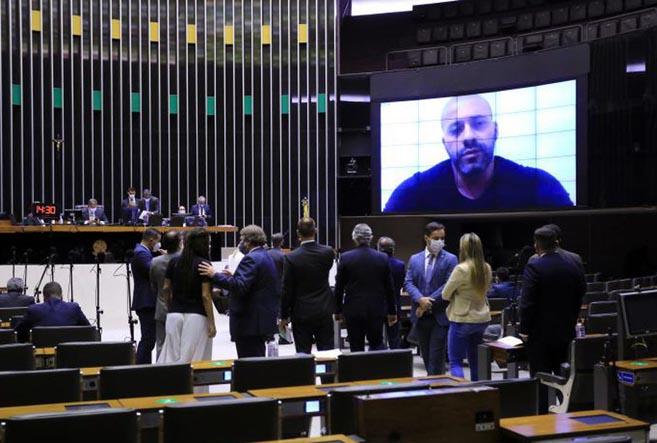 Por 364 votos contra 130, Câmara dos Deputados mantém prisão de Silveira