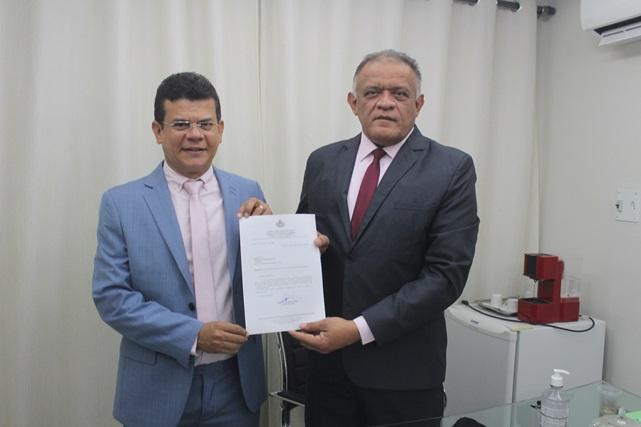 Prefeito de Caraúbas apresenta projeto de lei para reajuste de salário de agentes de endemias