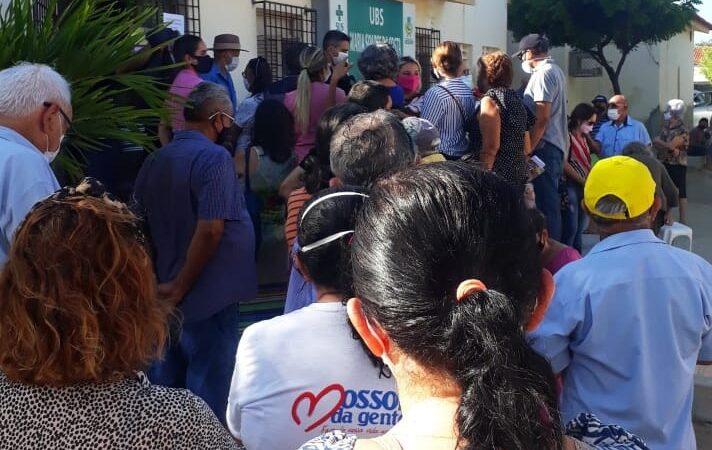 Longas filas e aglomeração nas UBSs marcam início da vacinação de idosos contra COVID-19 em Mossoró