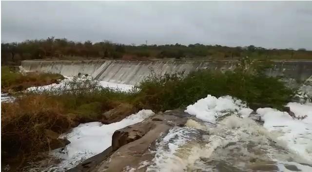 Chuva de 140mm provoca transbordamento da barragem Sacramento em São João do Sabugi