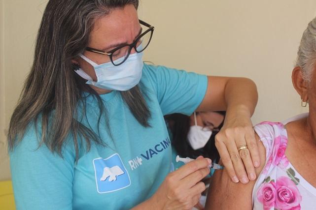 Secretaria de Saúde intensificou no final de semana vacinação em idosos contra Covid-19 em Caraúbas