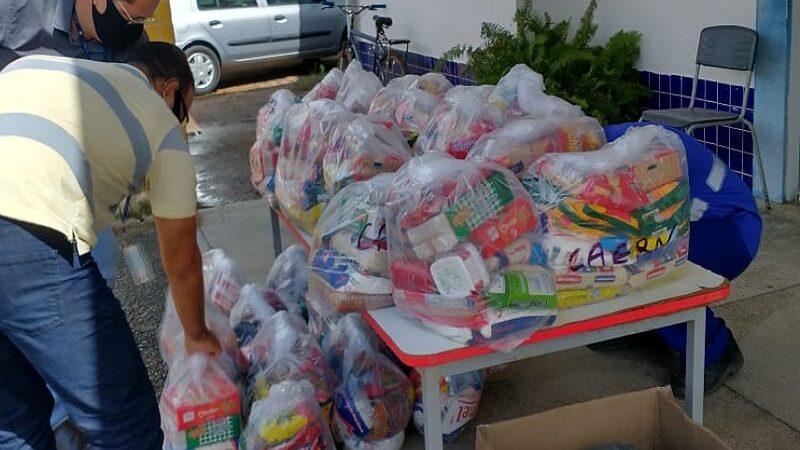 Colaboradores da Caern doam 450 kg de alimentos a famílias em Natal