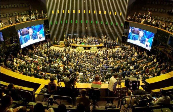 45% dos brasileiros rejeitam o trabalho da Câmara, mostra PoderData