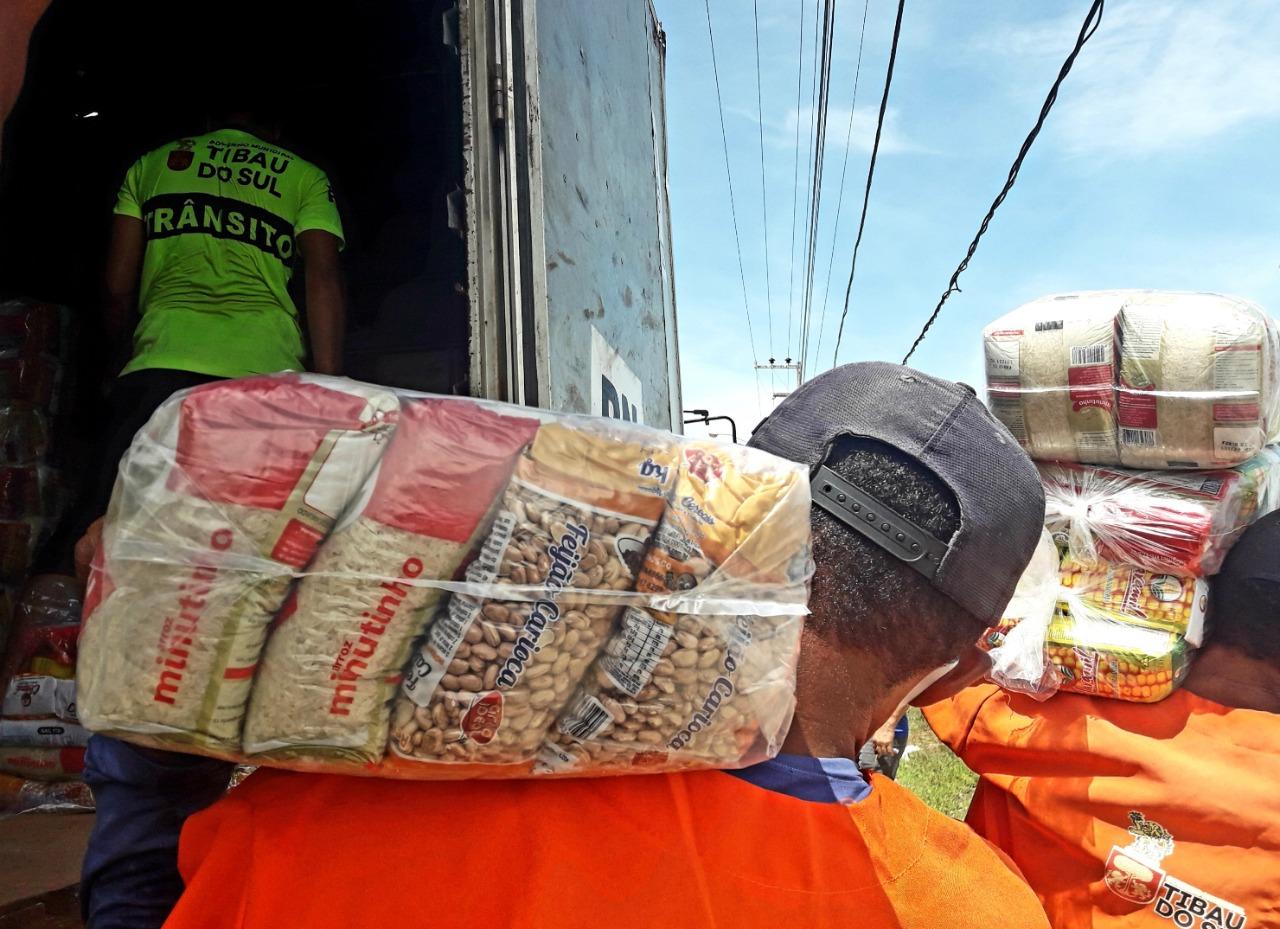 Prefeitura de Caraúbas já contemplou mais de uma mil famílias com cestas básicas