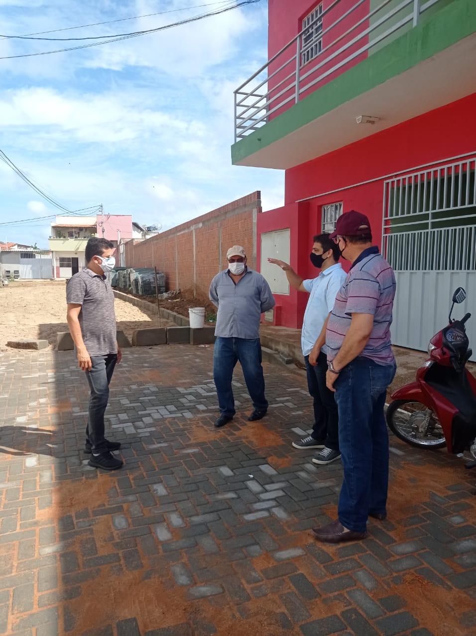 Prefeito Juninho Alves e vice-prefeito Paulo Brasil visitam pavimentação em ruas dos conjuntos Aroldo Maia e Guido Gurgel Caraúbas