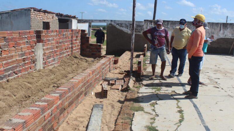 """Prefeitura de Caraúbas segue com reforma da Quadra de Esportes """"Vicente Pinheiro"""" na Comunidade rural de Santo Antônio"""