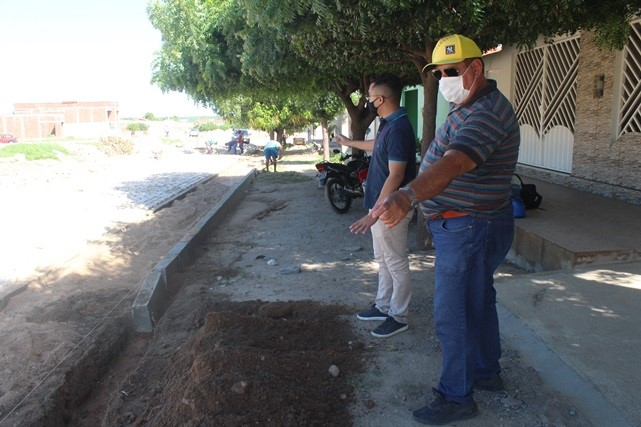 Secretário de Infraestrutura de Caraúbas visita obras em andamento