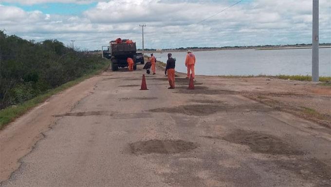 Atendendo a pedido da Prefeita Cinthia Sonale DER inicia tapa buracos na Rodovia Dehon Caenga