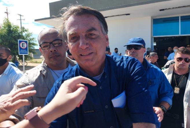 Bolsonaro desembarca em Mossoró, sem máscara, e cumprimenta apoiadores