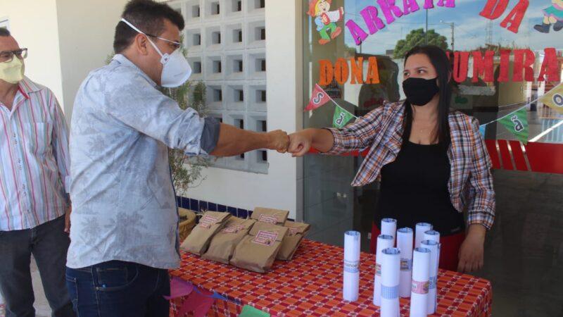 Prefeito Juninho Alves entrega kits de alimentação escolar na Creche Modelo de Caraúbas