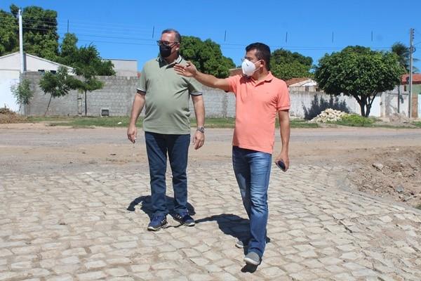 Prefeito Juninho Alves aproveita feriado e visita ruas que estão sendo pavimentadas em Caraúbas
