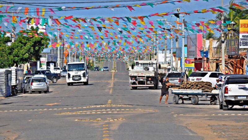 Tibau com ruas e avenidas enfeitadas e live com São João na Praia