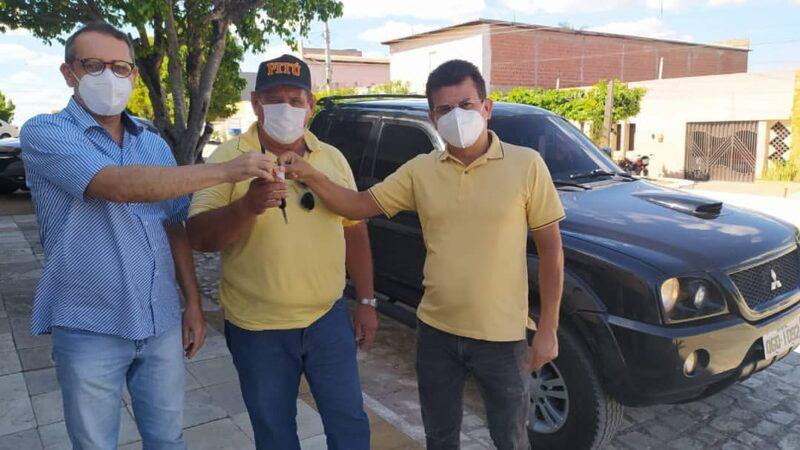 Prefeito Juninho Alves entrega chaves de uma pick-up L-200 para serviços da Secretaria de Infraestrutura
