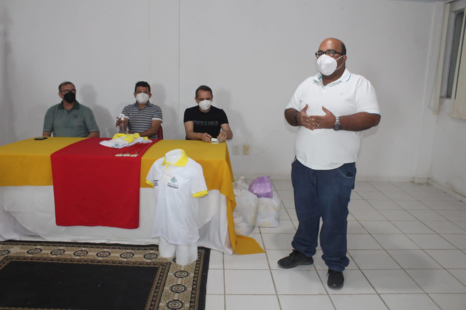 Prefeitura de Caraúbas entrega fardamento e crachás a motoristas da Assistência Social e Saúde