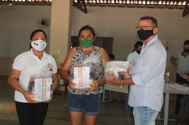 Prefeitura de Caraúbas conclui mais uma etapa de distribuição de kits alimentícios para alunos das escolas da rede municipal