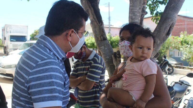 Prefeito Juninho Alves visita pavimentação no conjunto Guido Gurgel e conversa com moradores