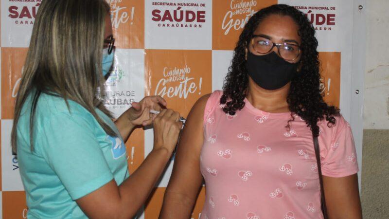 Pessoas de 38 anos ou mais são vacinadas contra Covid-19 em Caraúbas