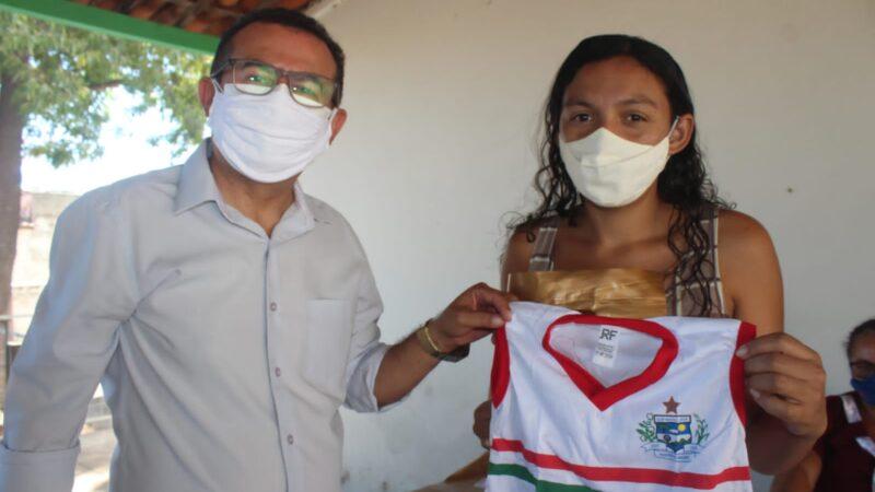 Prefeitura de Caraúbas inicia entrega do fardamento escolar a alunos da rede municipal de ensino