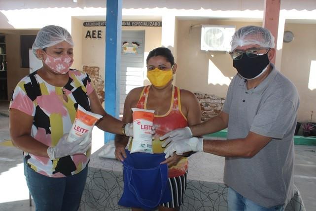 Prefeitura de Caraúbas em parceria com Emater realiza entrega de leites para alunos da rede Municipal de ensino
