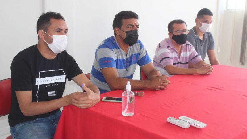 Prefeitura de Caraúbas firma parceira com equipe esportiva Pouca Roupa para abertura de uma Escolinha de Futebol