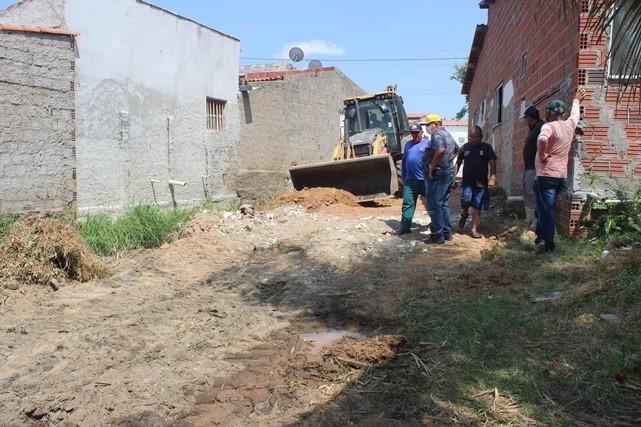 Prefeitura de Caraúbas inicia obra de saneamento da rua Ismael Siqueira em complemento a pavimentação