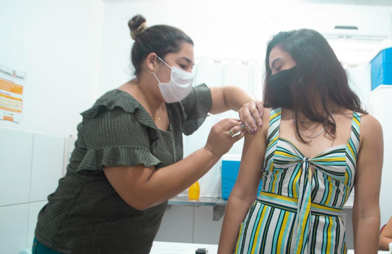 Jovens de 16 anos serão imunizados contra covid-19 em Grossos nesta terça