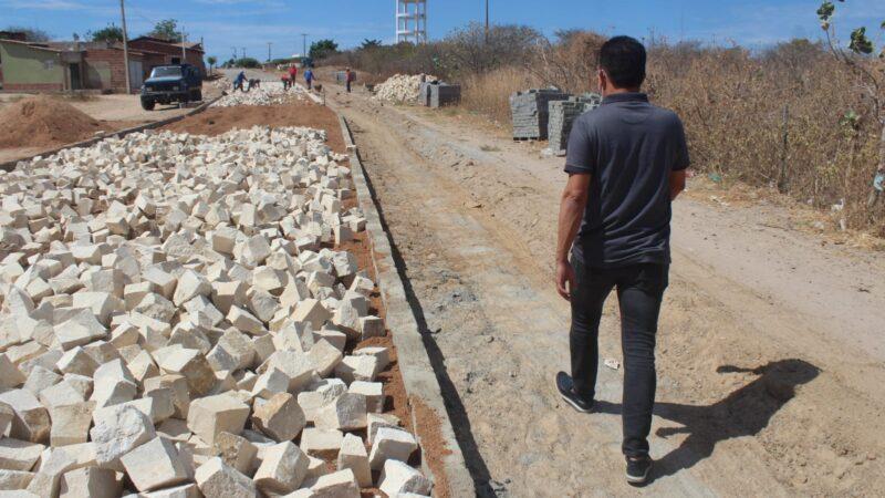 Prefeito Juninho Alves visita obras de pavimentação em curso no Alto São Severino em Caraúbas