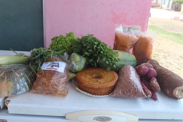 Parceria da Prefeitura de Caraúbas e Emater distribui gêneros alimentícios a usuários dos Cras