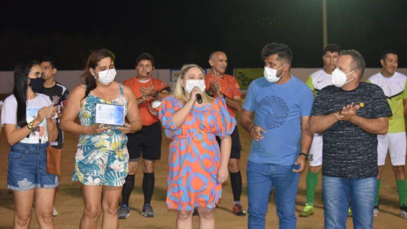 Prefeita Cinthia Sonale da pontapé inicial para a III Taça Martins Carlos