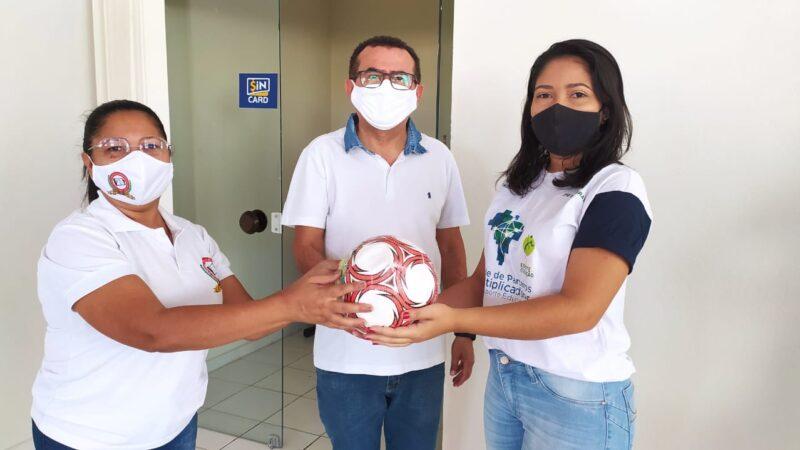 Secretaria de Educação: parceriar entre Petrobrás e Instituto Ana Moser realiza entrega de bolas em Caraúbas